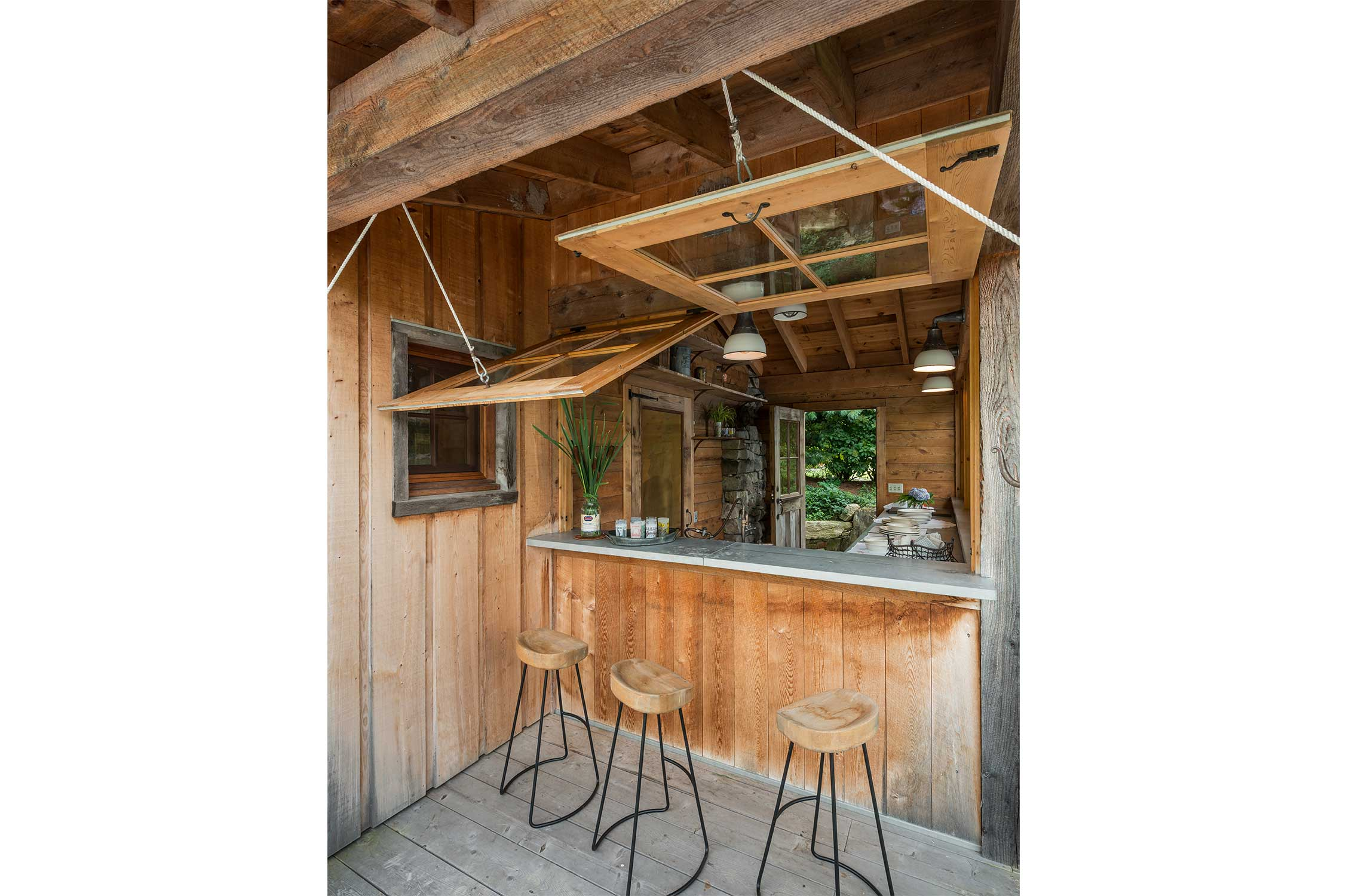 Bar like outdoor kitchen